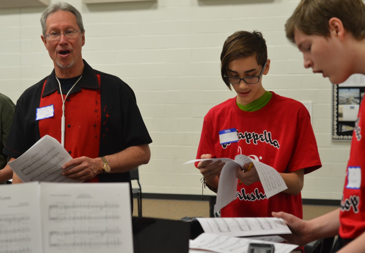 Frank Shipp, with the Chorus of the Old Dominion, sings along side middle and high school students. (Loudoun Now/Danielle Nadler)